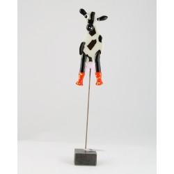 Ko med orange gummistøvler